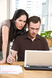 Paar dat rekeningen betaalt door online bankwezen Royalty-vrije Stock Afbeeldingen