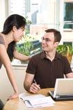 Paar dat rekeningen betaalt door online bankwezen Stock Afbeelding