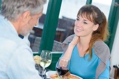 Paar dat in Restaurant dineert royalty-vrije stock foto