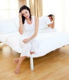 Paar dat resultaten van een zwangerschapstest te weten komt Royalty-vrije Stock Foto's