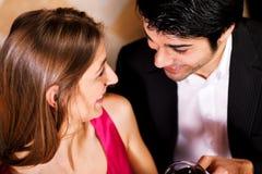 Paar dat rode wijn clinking glazen drinkt royalty-vrije stock foto's