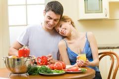 Paar dat salade thuis maakt royalty-vrije stock afbeelding