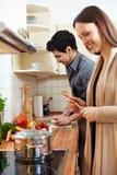 Paar dat samen kookt Stock Foto's