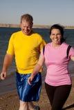 Paar dat samen loopt Stock Foto's