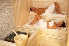 Paar dat in sauna ligt stock afbeelding