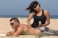 Paar dat suncream inschrijft Stock Afbeeldingen