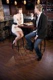 Paar dat sushi in het Japanse restaurant spreken eet Stock Afbeelding