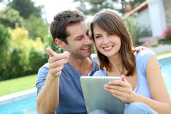 Paar dat tablet gebruikt Stock Foto