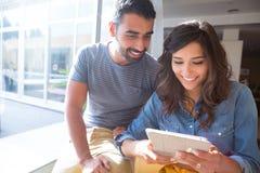 Paar dat tablet gebruikt Royalty-vrije Stock Afbeelding