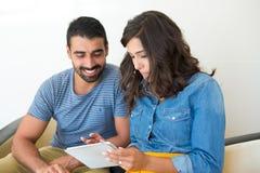 Paar dat tablet gebruikt Royalty-vrije Stock Foto's