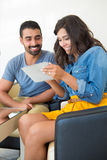 Paar dat tablet gebruikt Stock Afbeelding