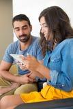 Paar dat tablet gebruikt Stock Afbeeldingen