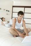 Paar dat Techno op Bed gebruikt Royalty-vrije Stock Foto
