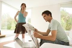 Paar dat Technologie thuis gebruikt Royalty-vrije Stock Foto