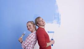 Paar dat terwijl het schilderen stelt Royalty-vrije Stock Foto