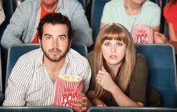 Paar dat in Theater staart stock foto