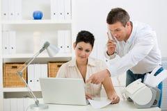 Paar dat thuis bureau werkt stock fotografie