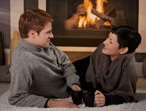 Paar dat thuis spreekt Stock Afbeelding