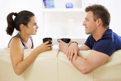 Paar dat thuis spreekt Royalty-vrije Stock Afbeelding