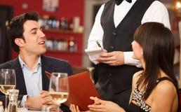 Paar dat diner heeft royalty-vrije stock fotografie