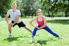 Paar dat uitrekkende oefeningen doet royalty-vrije stock foto's