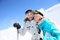 Paar dat van de mooie zonnige dag op de hellingen geniet Royalty-vrije Stock Foto's