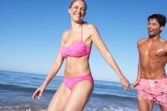 Paar dat van de Vakantie van het Strand geniet Stock Foto's