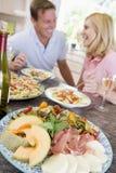 Paar dat van maaltijd, etenstijd samen geniet royalty-vrije stock foto's