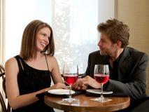 Paar dat van Selves geniet bij Restaurant Stock Afbeeldingen
