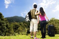 Paar dat vanaf de bovenkant van een berg kijkt Stock Foto