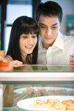 Paar dat Voedsel bekijkt Stock Afbeelding