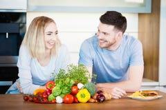 Paar dat Voedsel voorbereidt stock foto's