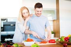 Paar dat Voedsel voorbereidt stock afbeeldingen