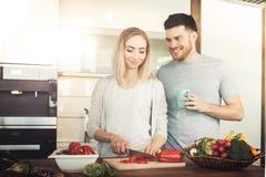 Paar dat Voedsel voorbereidt stock afbeelding
