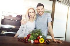 Paar dat Voedsel voorbereidt royalty-vrije stock foto's