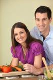Paar dat voedsel voorbereidt Royalty-vrije Stock Fotografie