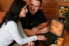 Paar dat WWW doorbladert Stock Afbeeldingen