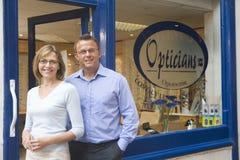Paar dat zich bij ingang van optometristen bevindt Stock Foto's