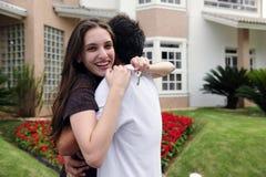 Paar dat zich buiten nieuw huis bevindt Royalty-vrije Stock Fotografie