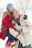 Paar dat zich buiten in SneeuwLandschap bevindt Stock Afbeeldingen