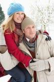 Paar dat zich buiten in SneeuwLandschap bevindt Stock Foto's