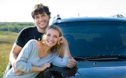 Paar dat zich dichtbij de auto bevindt Stock Foto's