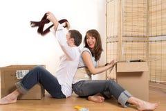 Paar dat zich in flat beweegt Royalty-vrije Stock Afbeeldingen
