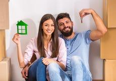 Paar dat zich naar huis beweegt Royalty-vrije Stock Foto