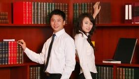 Paar in de bibliotheek Royalty-vrije Stock Afbeeldingen