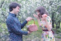 Paar in de boompicknick van de liefde openluchtappel Stock Afbeelding