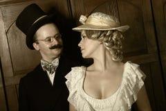 Paar in de 19de eeuwkledingstuk met vrouw in dominante rol Royalty-vrije Stock Afbeeldingen