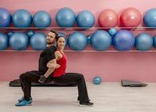 Paar in de gymnastiek stock foto