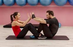 Paar in de gymnastiek royalty-vrije stock afbeeldingen