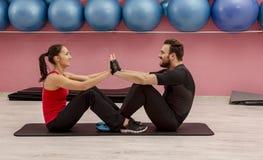 Paar in de gymnastiek stock fotografie